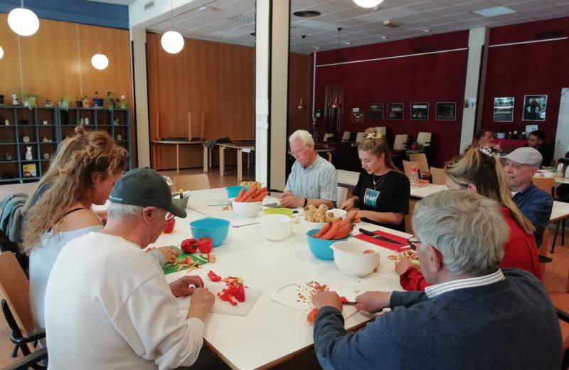 Jongeren en ouderen koken samen