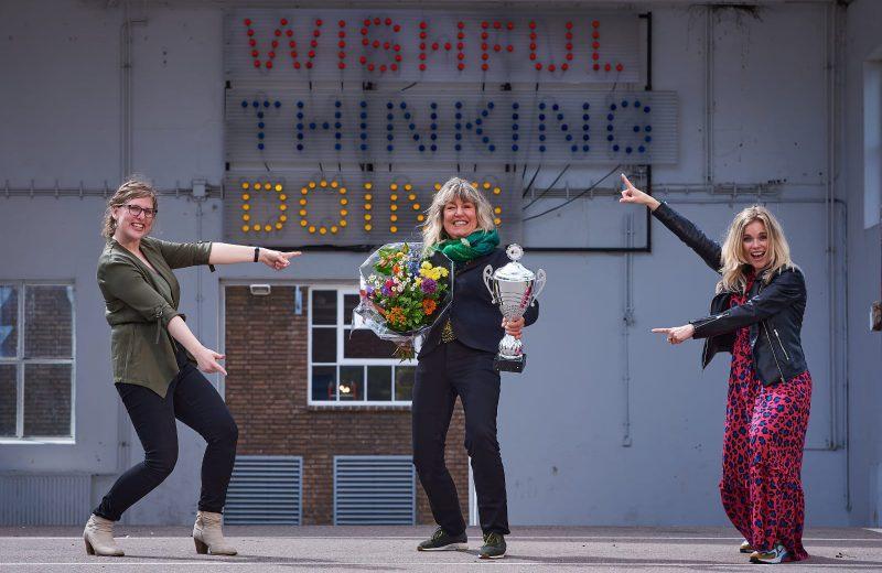 Nanneke Jager met bloemen en prijs
