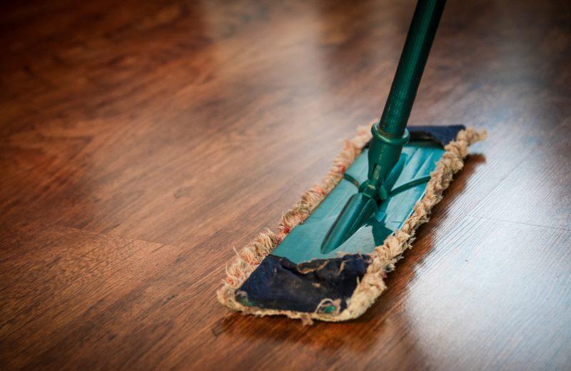 Groene dweil op een houten vloer