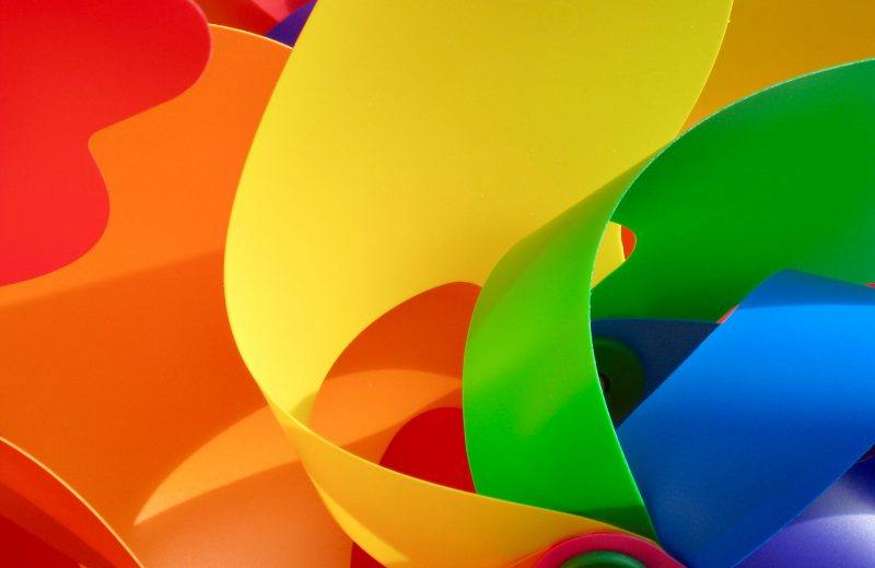 CLose up van een gekleurd speelgoed windmolentje