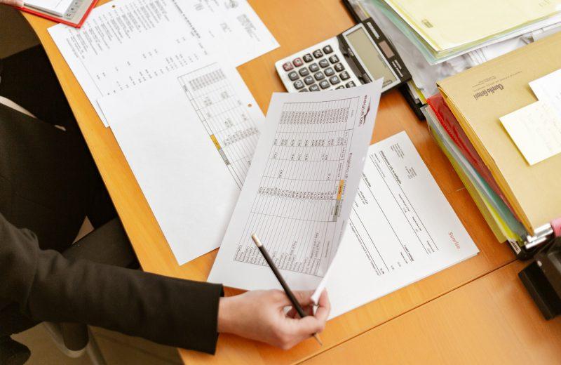 Papierwerk en administratie op een bureau